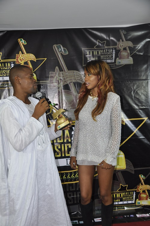 Sefiya receiving her award for Best Dance Single