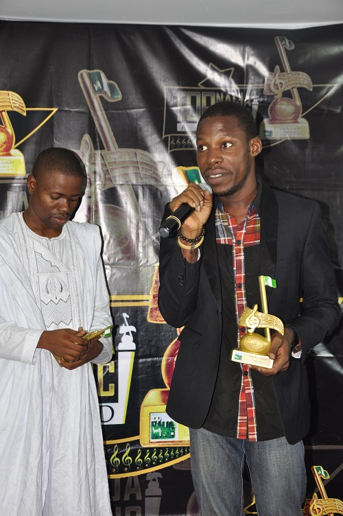 Didee receiving his award as An Artiste With Potential